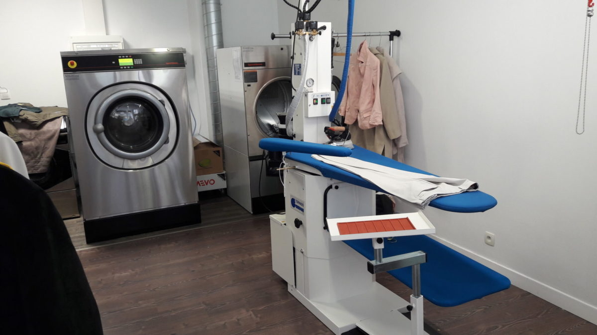 le pressing Aqua blue est équipé de laveuses essoreuses,table à repasser, séchoirs professionnels