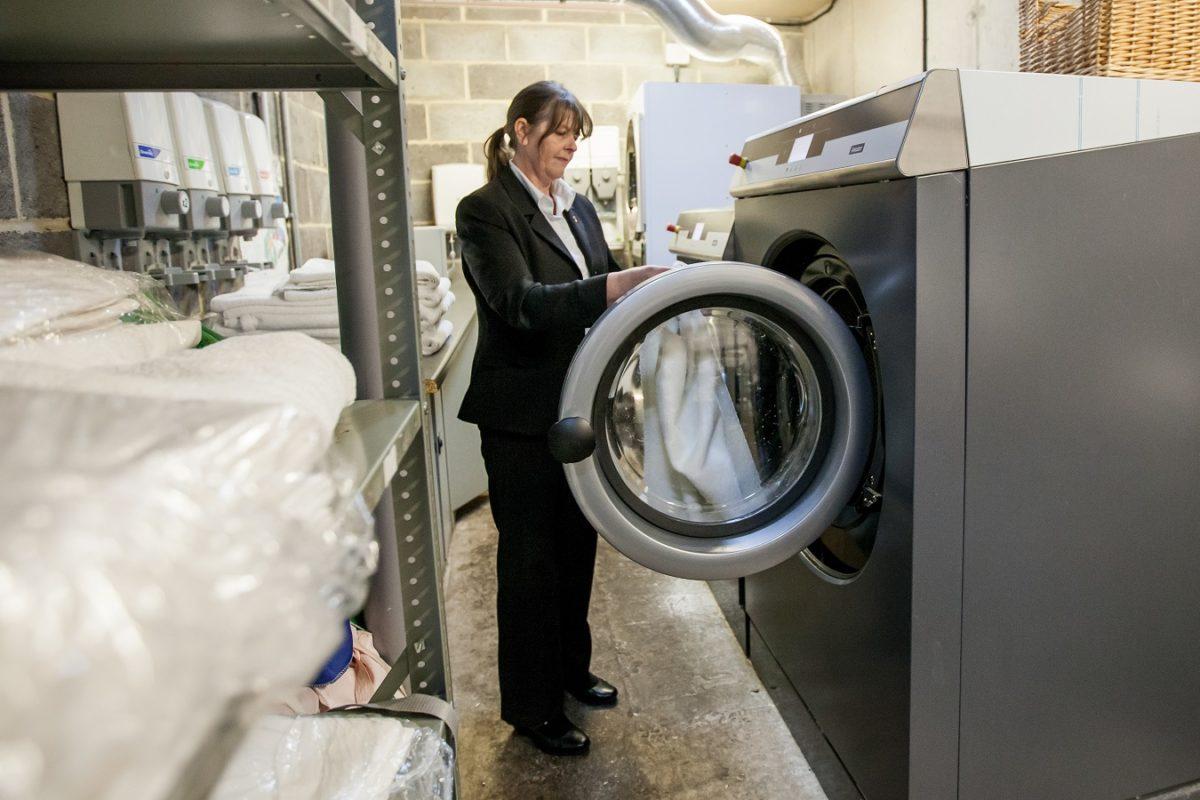 les machines à laver et séchoirs proposés par Armstrong France pour les hôtels et les restaurants sont adaptés à un usage intensif